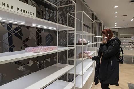 Parikan kengät kiinnostivat eilen verkkokaupan lisäksi myös Helsingin Stockmannilla, jossa hyllyt ammottivat iltapäivällä jo lähes tyhjinä.