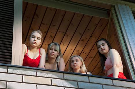 Tyttöbileet: Sissi (Elsa Marjanen), Nana (Alisa Röyttä), Eveliina (Anna Kare) ja Ellen (Yasmin Najjar).