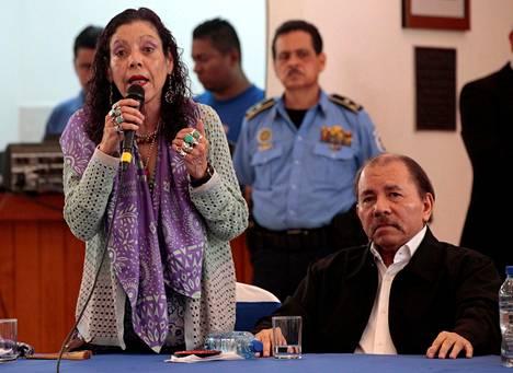 Daniel Ortega joutui kuulemaan tapahtumassa suoria sanoja toiminnastaan. Puoliso ja varapresidentti Rosario Murillo puolusteli hallinnon toimia mielenosoituksiin vastaamisessa.