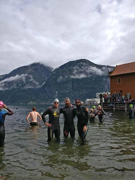 Satu Pippola (oik.) ja Jussi Viljanen (kesk.) eivät hätkähtäneet uimista kylmässä vedessä. Suomalaiskaksikko sanoi nauttineensa suorituksesta ja ympärillä olevista maisemista täysillä.