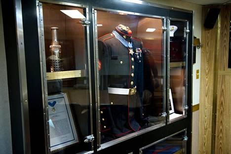 Jason Dunhamin univormu lasikaapissa. Alus on saanut sotasankarin mukaan nimensä.