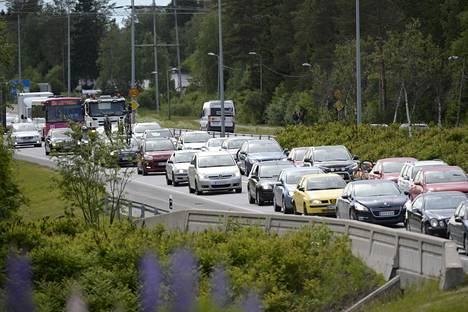 Juhannuksen menoliikenne voi olla ruuhkainen. Viime juhannuksena viiden auton ketjukolari ruuhkautti liikenteen pahasti Oulussa.