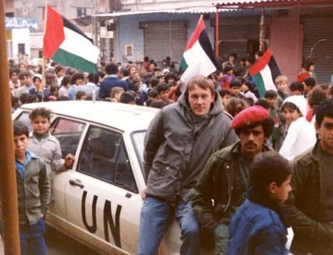 Ilpo Mikkola, YK-auto ja joukko palestiinalaisia Libanonissa 1980-luvun alussa.