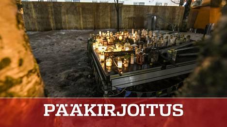 Kynttilöitä Koskelan henkirikoksen tekopaikalla 3. maaliskuuta.