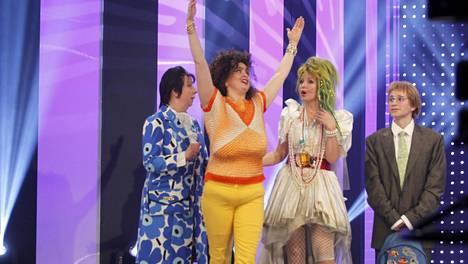 Essi Hellénin hahmo Angela Bros, toinen vasemmalta, joutui jättämään sketsihahmokisan.