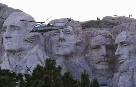 Donald Trump saapui Mount Rushmoreen helikopterilla.