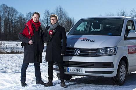 Seppo Kärki ja Lauri Silvander hyppäävät minibussin kyytiin kiertueen toisella etapilla.