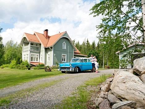 Pihapiiri on niin Tuijan kuin Jukankin mukavuusaluetta. Komean talon julkisivun väri on edellisten asukkaiden valitsema.