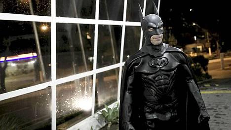 Batman-poliisi eli Andre Luiz Pinheiro poseeraa Sao Paulon esikaupungissa Taubatessa.