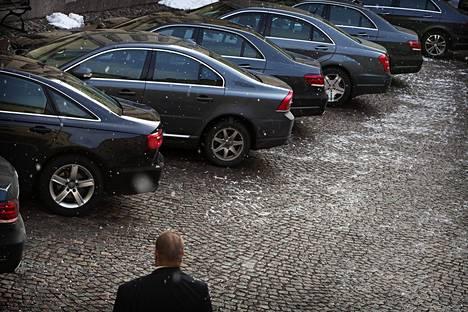 Kuljetuspäällikkö Tomi Ahlholm esitteli Helsingin Sanomille ministeriautoja helmikuussa 2015. Kaikki olivat joko E-sarjan Mercedes-Benzejä tai Audin A6-mallia.