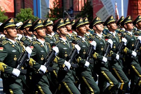 Kiinan asevoimien tiedustelu toimii aktiivisesti ulkomailla. Kuvassa kiinalaissotilaiden paraatijoukko Moskovan Punaisella torilla toisen maailmansodan päättymisen juhlissa viime kesäkuussa.