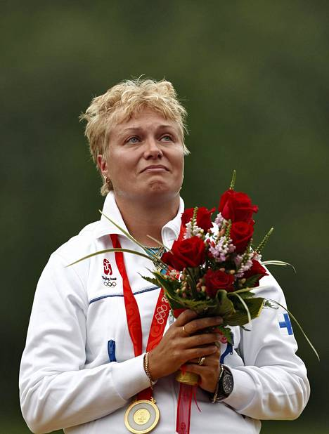 Olympiavoittaja Satu Mäkelä-Nummela kuuntelemassa Maamme-laulua Pekingissä 2008.