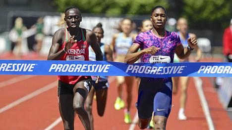 Caster Semenya (oik.) on 800 metrin olympiavoittaja ja maailmanmestari. Kuvassa Semenya juoksee Eugenen Timanttiliigan voittoon ennen Kenian Nyairera Wambuita 27. toukokuuta 2017.