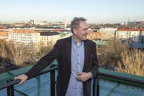 Hyks nuorisopsykiatrian linjajohtaja Klaus Ranta kuvattuna Psykiatriakeskuksen kattoterassilla kymmenennessä kerroksessa.