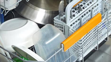 Kääntyilevätkö muovikipot tiskikoneessa? Tähänkin pulmaan löytyy Pirkka-niksi