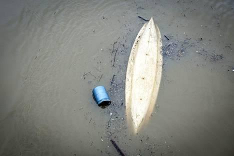 Ylösalaisin kääntynyt vene Seinen vietävänä.