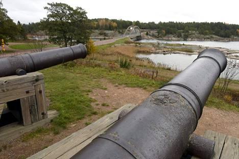Puolustusministeri Jussi Niinistö aloitti Ahvenanmaata koskevan sotilaspoliittisen keskustelun reilu viikko sitten luonnehtimalla aluetta sotilaaliseksi tyhjiöksi. Kuvassa vanhoja venäläisiä tykkejä Ahvenanmaan Bomarsundin linnoituksessa.