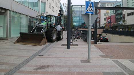 Raskasta kalustoa on siirretty kävelykatujen päihin Oulussa estämään ei-toivottua liikennettä.