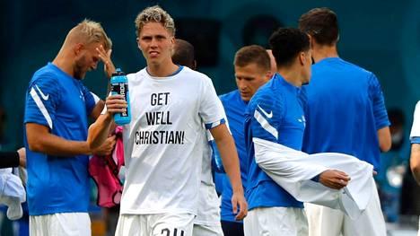 Huuhkajat muisti sairauskohtauksen saanutta Christian Erikseniä Suomi-Venäjä-ottelun alla paidoilla, joissa oli toivotus Tanskan tähdelle.