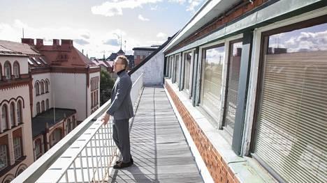 Newil & Baun toimitusjohtaja Petri Heikkilä Insinööritalon parvekkeella. Ylimpään kerrokseen on tulossa koko kerroksen kattava huoneisto.