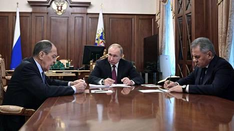 Venäjän ulkoministeri Sergei Lavrov, presidentti Vladimir Putin ja puolustusministeri Sergei Shoigu keskustelivat Moskovan Kremlissä tänään.