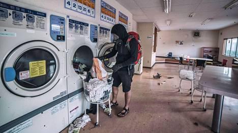 Pesuloissa pyykkikoneet ovat jääneet tyhjentämättä.