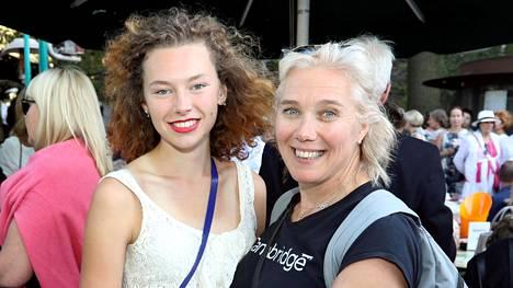 Entinen huippu-urheilija Ringa Ropo osaa antaa urheilijatyttärelleen Ella Junnilalle rauhan keskittyä suoritukseensa.