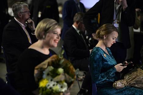 Annika Saarikko valittiin Keskustan puheenjohtajaksi vaalin ensimmäisellä kierroksella 1157:llä äänellä. Katri Kulmuni (oik.) sai 773 ääntä.