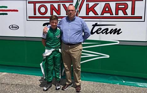 Taponen yhteiskuvassa Tony Kart Racing -omistajan Roberto Robazzin kanssa.