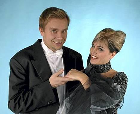 Antti Kaikkonen ja Satu Taiveaho ovat valmistautuneet ensimmäisiin yhteisiin Linnan juhliin huolella. Pukukommelluksilta ei silti ole voitu välttyä.