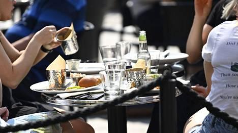 Valtioneuvosto päätti torstaina, että Varsinais-Suomen, Pirkanmaan, Kymenlaakson sekä Helsingin, Espoon, Vantaan ja Kauniaisten ravintoloiden on lopetettava anniskelu kello 22 ja suljettava ovensa kello 23.