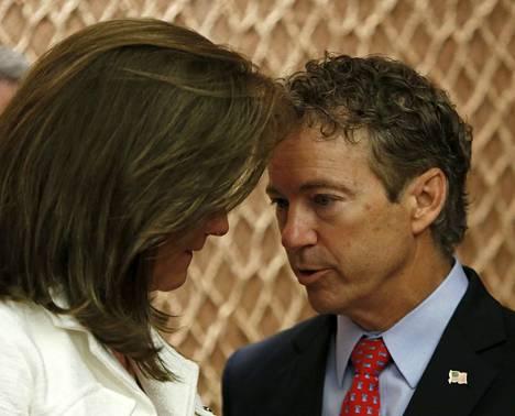 Senaattori Rand Paul (oik.) keskusteli kongressissa WTC-iskujen uhrien perheiden järjestön puheenjohtajan Terry Stradan kanssa viime tiistaina.