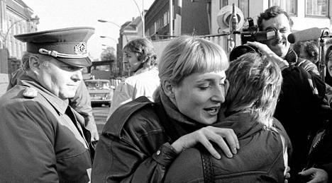 Berliinin asukkaat idästä ja lännestä tapasivat toisiaan 25 vuotta sitten, kun muuri aukesi yllättäen.