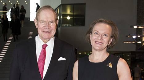 Entinen pääministeri, Paavo Lipponen ja hänen vaimonsa Päivi Lipponen asuvat nyt isossa kodissaan kaksin kahden koiran kanssa. –Kyllä meillä hommia riittää, miehensä 80-vuotisgaalakonserttia järjestävä Päivi Lipponen sanoo.
