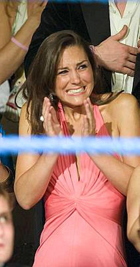 Auts, ei voi katsoa! Kate Middleton peitti silmänsä seuratessaan nyrkkeilyottelua sunnuntaina.