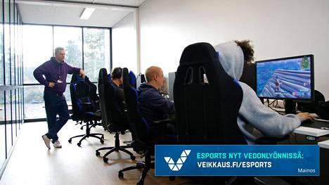 Niklas Hirvelä (seisomassa) vetää esports-linjaa Ahlmanilla.