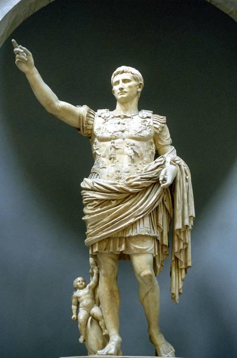 Augustus oli Rooman ensimmäinen keisari. Hän säilytti tasavallan senaatin, mutta otti kaiken vallan itselleen.