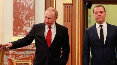 Venäjän presidentti Vladimir Putin ja pääministeri Dmitri Medvedev kuvattiin keskustelemassa kahden kesken Putinin linjapuheen jälkeen. Pian tämän jälkeen miehet tapasivat Venäjän hallituksen muut ministerit ja Medvedev jätti hallituksensa eronpyynnön.