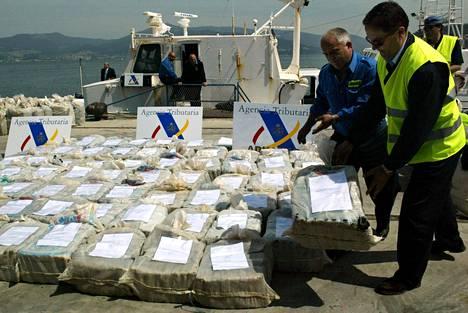 Toukokuussa 2003 Espanjan poliisi purki kokaiinisäkkejä, jotka löytyivät 780 kilometrin päässä Galician rannikosta pysäytetystä aluksesta. Atlantin yli kulkeneesta aluksesta takavarikoitiin yli kolme tonnia kokaiinia.
