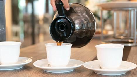 Kahvi on hyvä tarjoilla noin puolen tunnin kuluessa valmistuksesta, jotta maku ei kärsi.