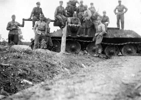 Suomalaiset tuhotun T-34-panssarivaunun ympärillä.
