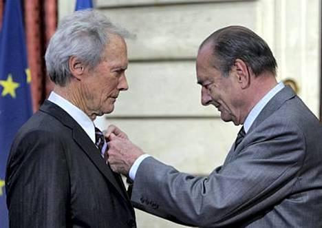 Ranskan presidentti luovutti elokuvakonkarille ansioritarikunnan kunniamerkin.