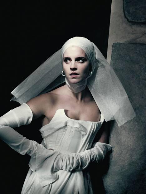 Yksi kalenterissa poseeranneista malleista on näyttelijä Emma Watson.