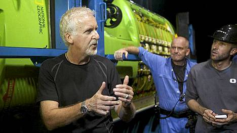 James Cameron keskusteli miehistönsä kanssa Deepsea Challenger aluksensa edessä.
