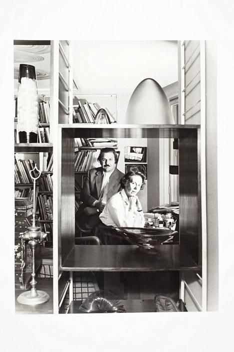 Tapio Wirkkala ja Rut Bryk kuvattiin Milanon X triennaalin myöntämien pääpalkintojen merkeissä vuonna 1954.