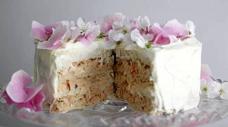 Lohi- ja raputäytteinen voileipäkakku koristellan pihakukilla.