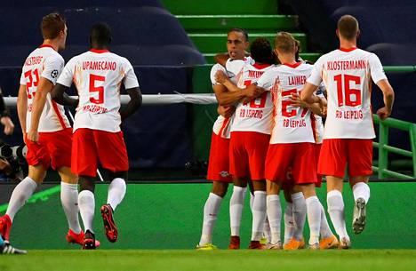 Leipzigin pelaajat juhlivat Dani Olmon iskemää johtomaalia.
