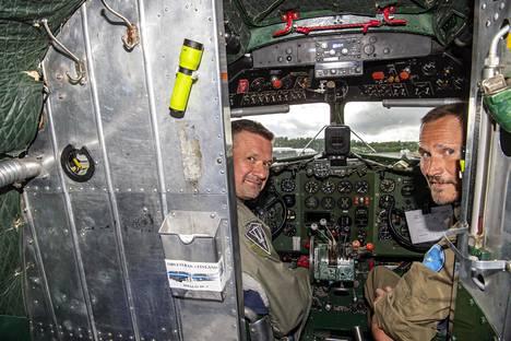 Lentäjille DC-3 tarjoaa omanlaisiaan haasteita. Vasemmalla Miikka Rautakoura, oikealla Mikko Jägerholm.