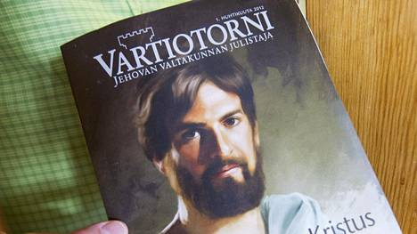 Rikosepäily liittyy muun muassa Vartiotorni-lehdissä julkaistuun lahjoitustilinumeroon. Vartiotorni on Jehovan todistajien julkaisema hengellinen lehti.