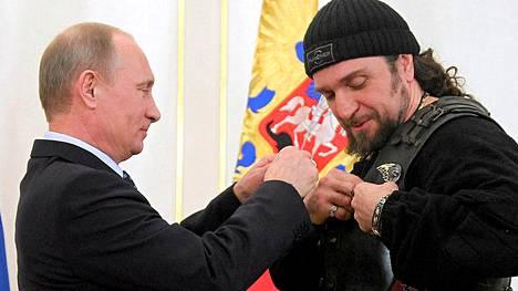 Venäjän presidentti ojensi kunniamitalin Yön sudet -moottoripyöräjengin johtajalle Alexander Kirurgi Zaldostanoville Moskovassa 14. maaliskuuta 2013.